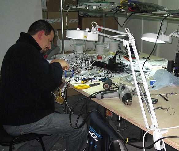 Drabpol, awionika, przygotowywanie instalacji na stole warsztatowym